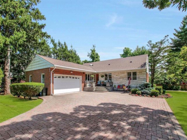 4 BR,  4.00 BTH  Farm ranch style home in Commack
