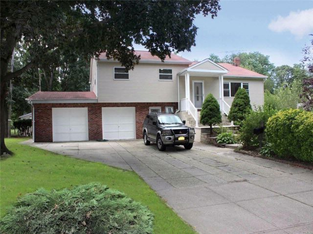 6 BR,  3.00 BTH  Hi ranch style home in Commack
